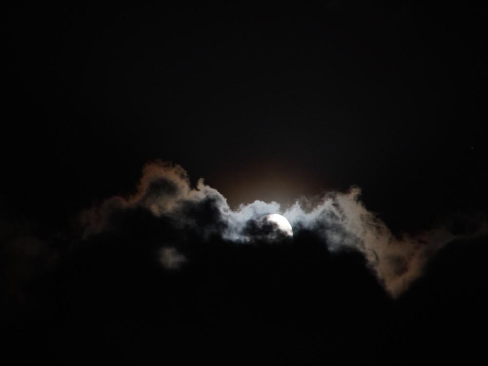雲に隠れる月明かり