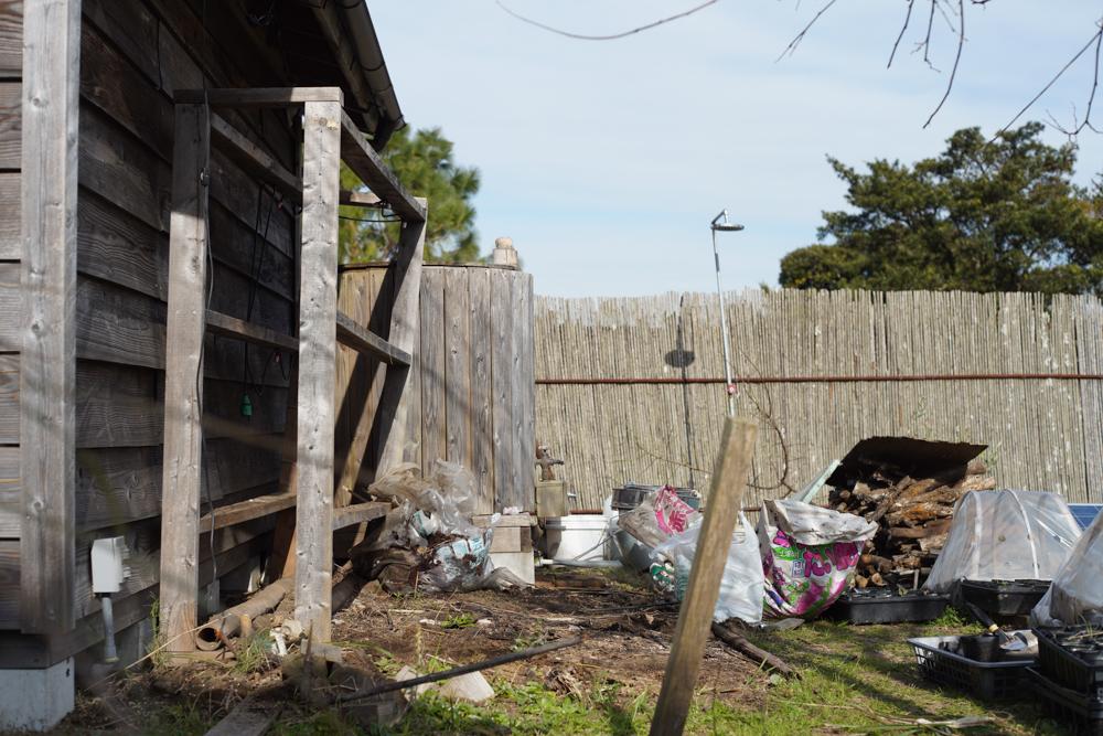 房総フィールド小屋脇の棚を片付ける