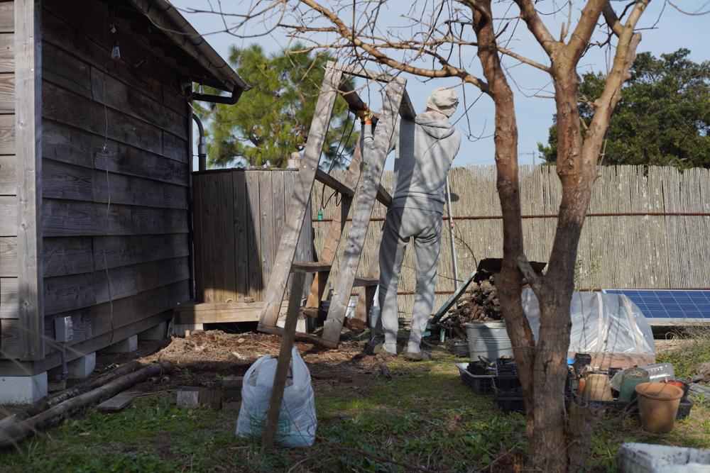 房総フィールド小屋脇の棚を片付ける 棚の移動