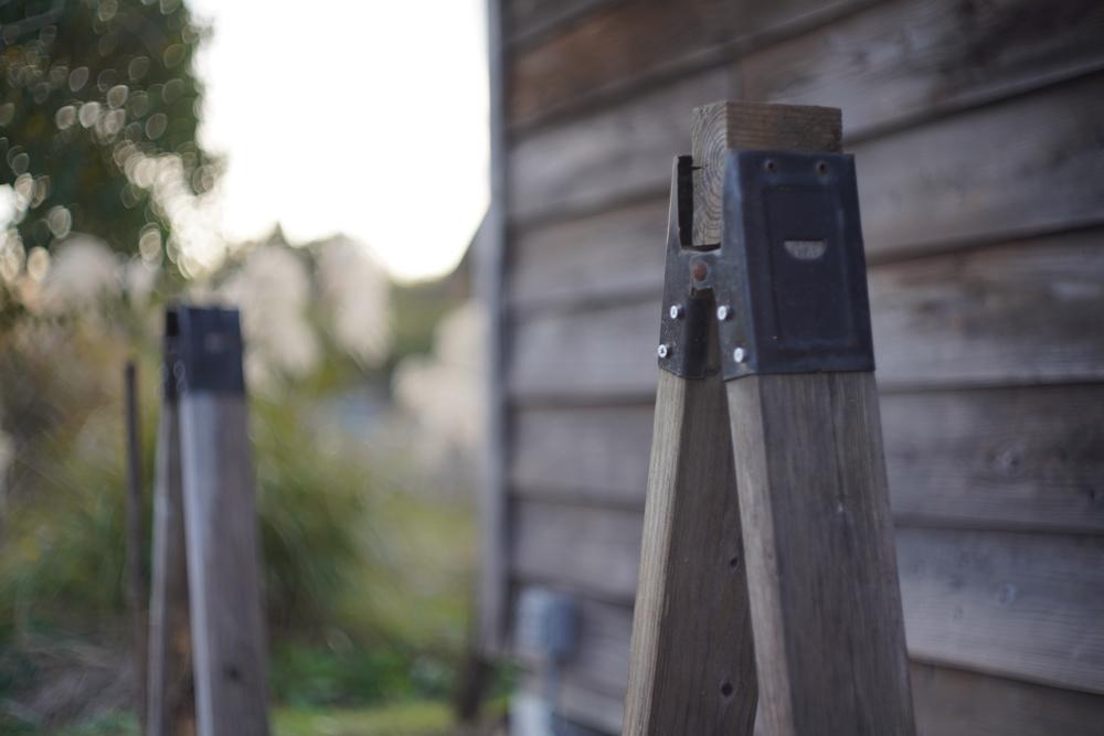 房総フィールド小屋脇の棚を片付ける ソーホースブラケット