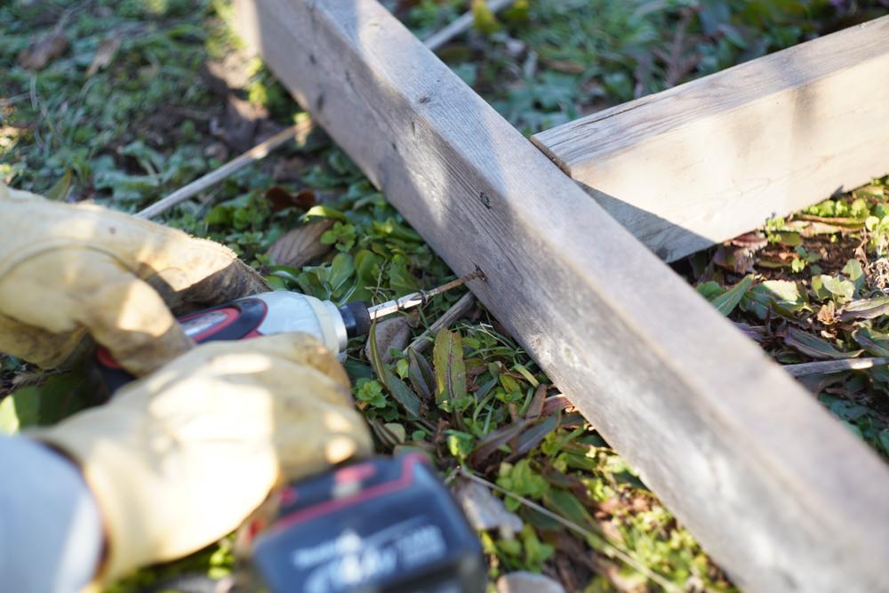 小屋脇に作業台を設置する レンガの準備と棚の解体