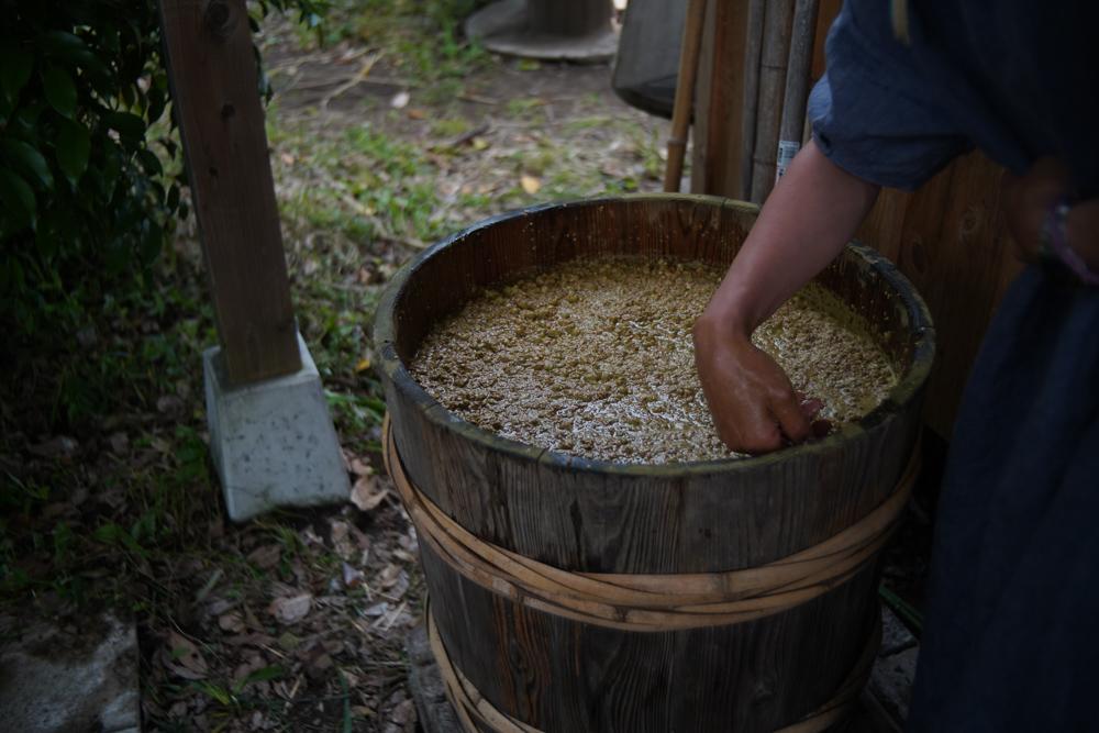 房総オルタナティブソイソース 手造りお醤油を作る2021 仕込み - 塩+醤油麹(大豆 x 小麦 x 麹)+沢の水を混ぜる