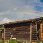 秋分の日 小屋に虹がかかる