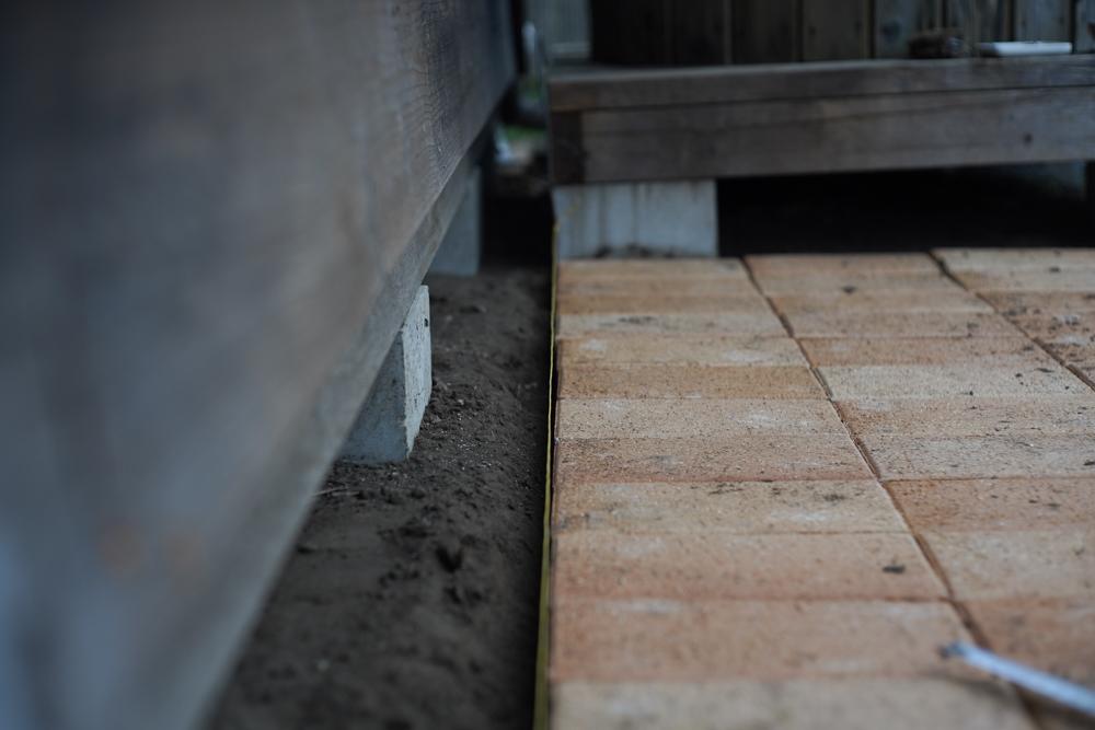 小屋脇にレンガを敷く 斜めになっている気がしたので水糸をひく