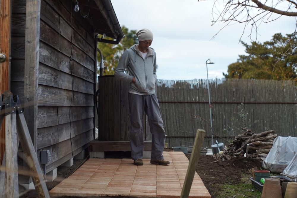 小屋脇にレンガを敷く 作業終了