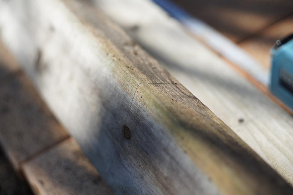 ソーホースブラケットで小屋脇に作業台を作る 仮組み 脚をカットする