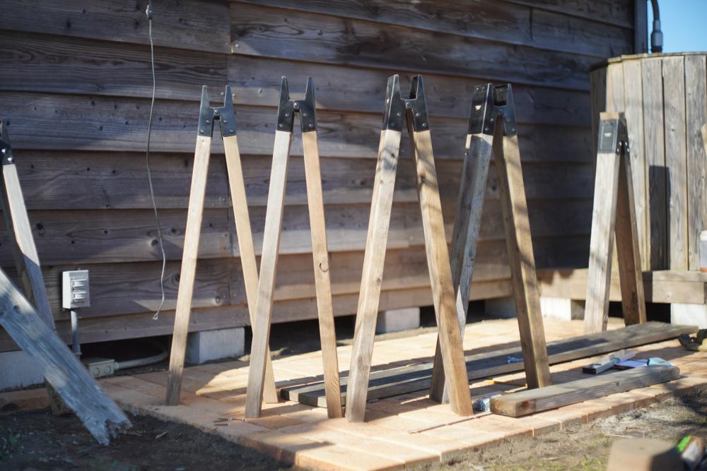 ソーホースブラケットで小屋脇に作業台を作る 仮組み ソーホースブラケットで作業台の脚を作る