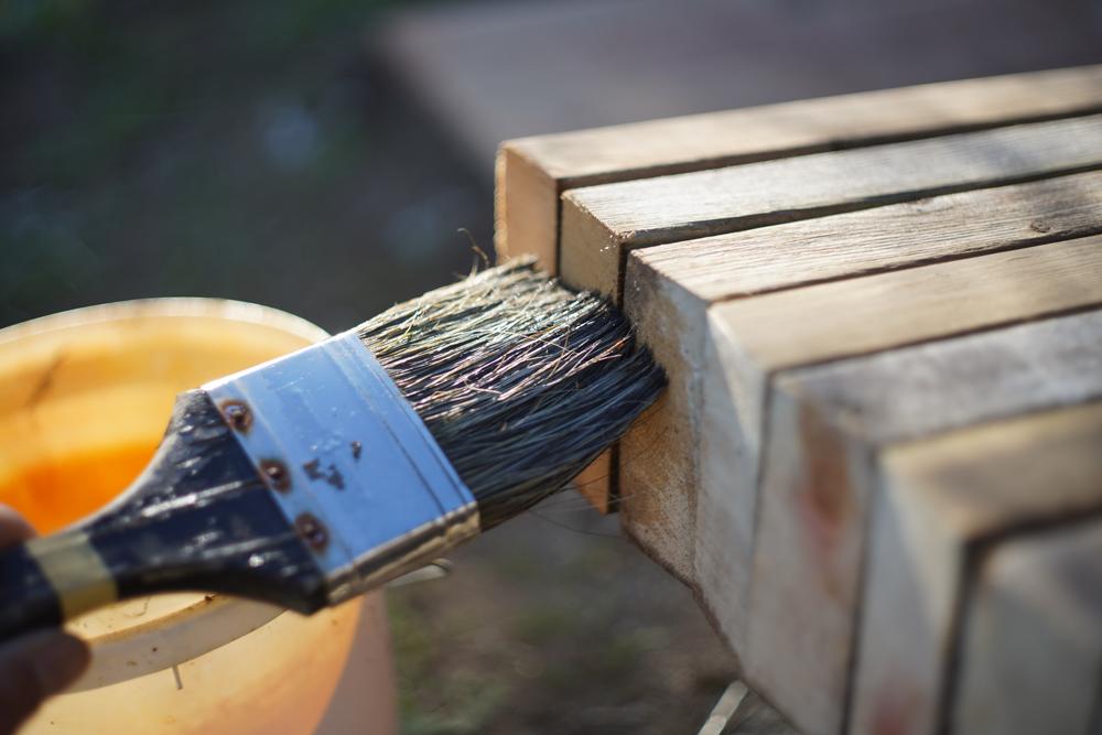 ソーホースブラケットで小屋脇に作業台を作る 仮組み 防腐剤ウッドロングエコ塗布