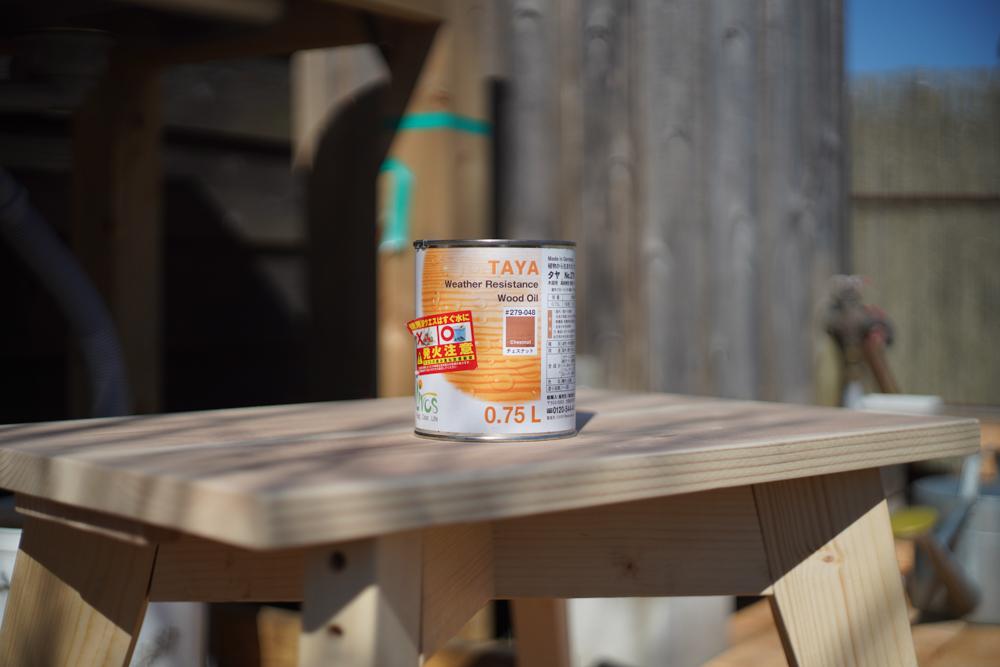 植物性自然塗料 タヤエクステリアをDIY中の2x4材スツールとガーデンシンクの天板に塗る