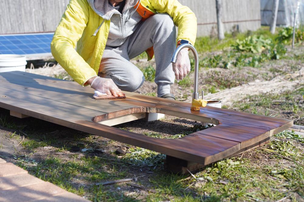 ガーデンシンクテーブルトップにタヤエクステリア を塗布