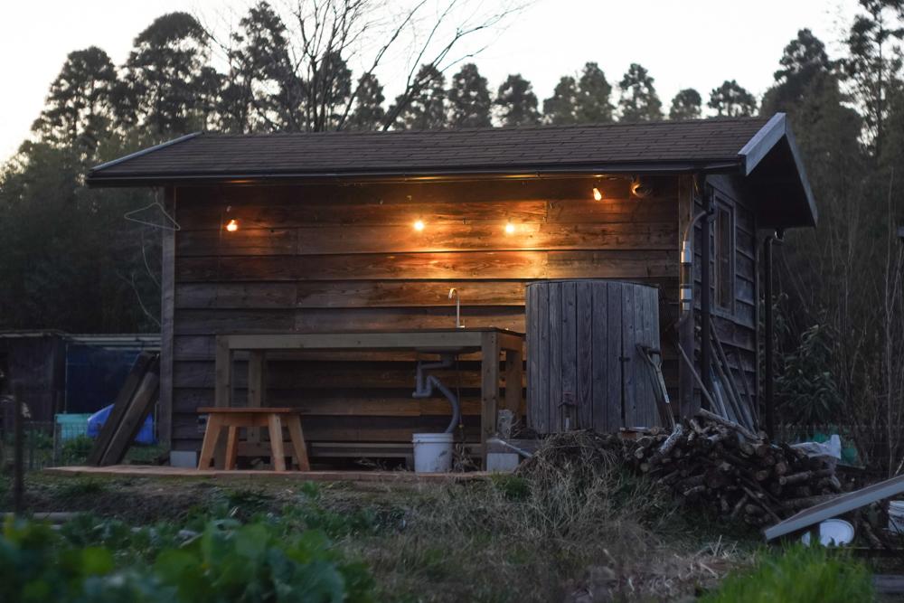 小屋の脇のテラススペース