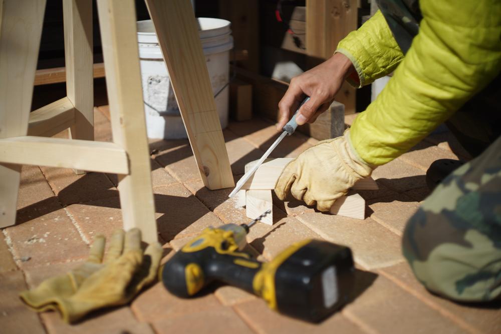 房総オルタナティブファニチャー ハイスツールを作る 足乗せパーツのやすりがけ