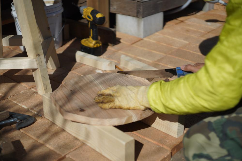 房総オルタナティブファニチャー ハイスツールを作る 座面を丸くカットする