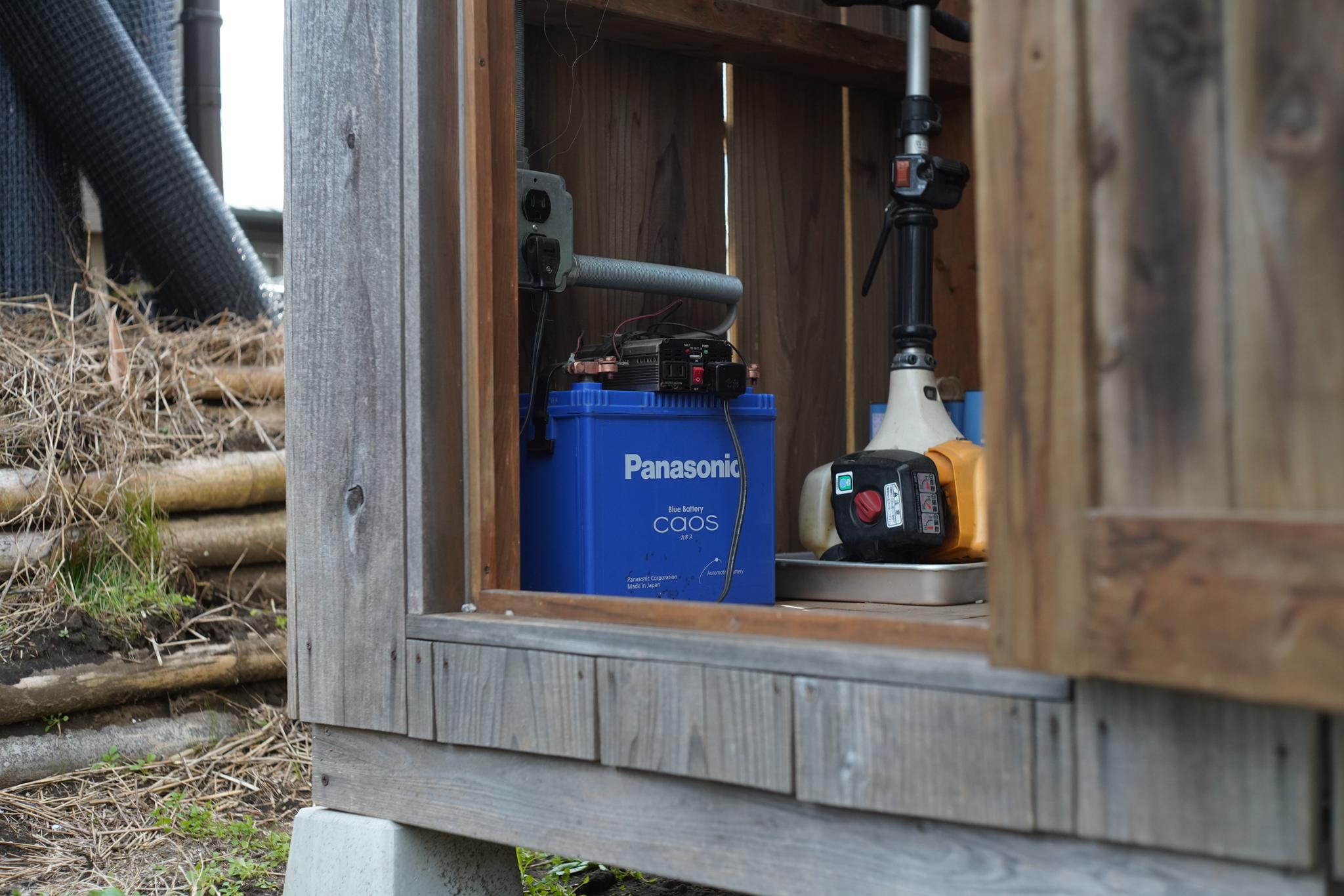 コンポストトイレ小屋のソーラー発電用ディープサイクルバッテリーをリプレイス