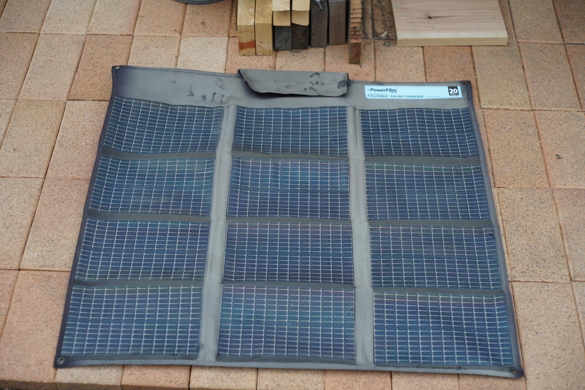 コンポストトイレ小屋のソーラーパネル PowerFilm Foldable 20W