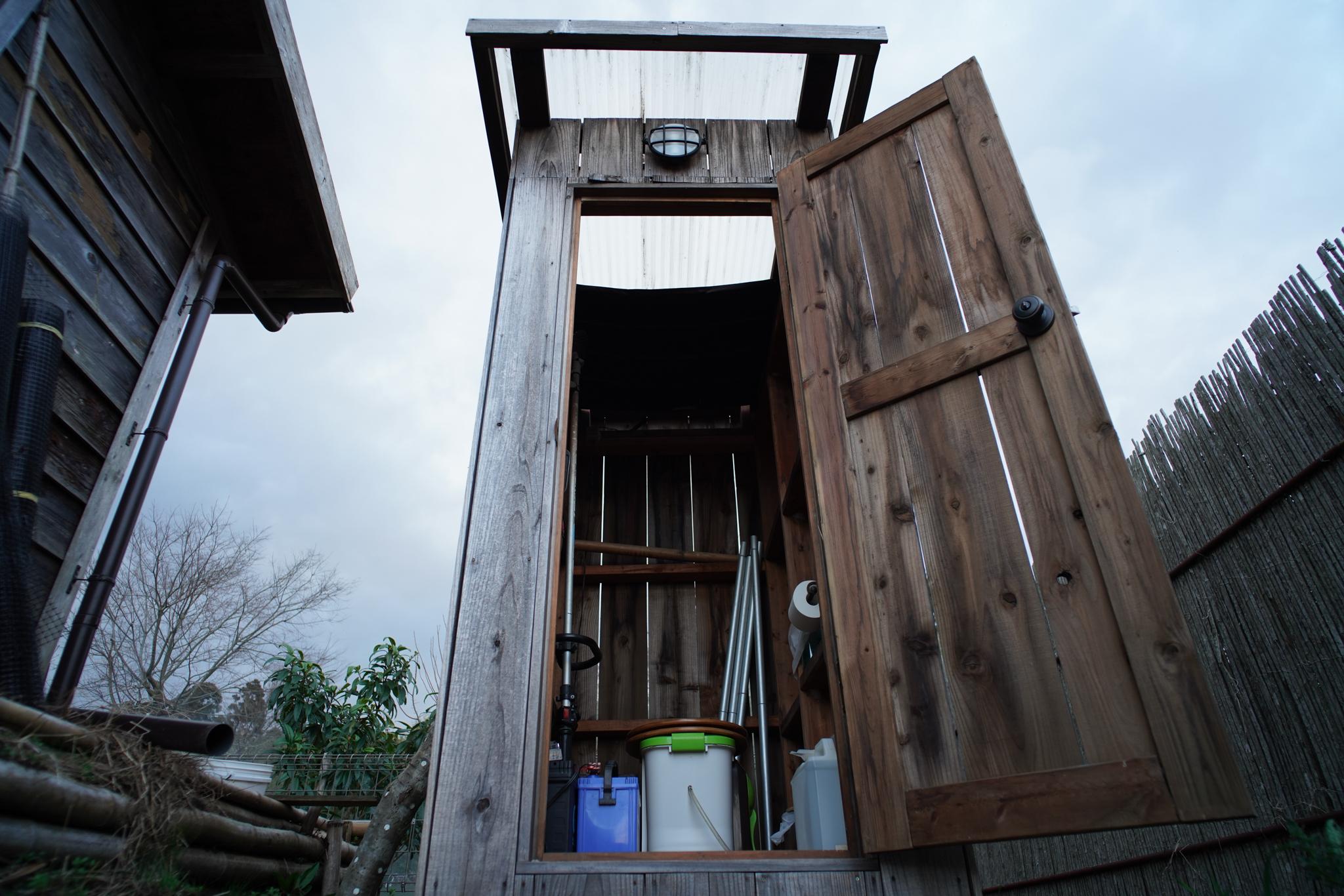 コンポストトイレ小屋の屋根掃除