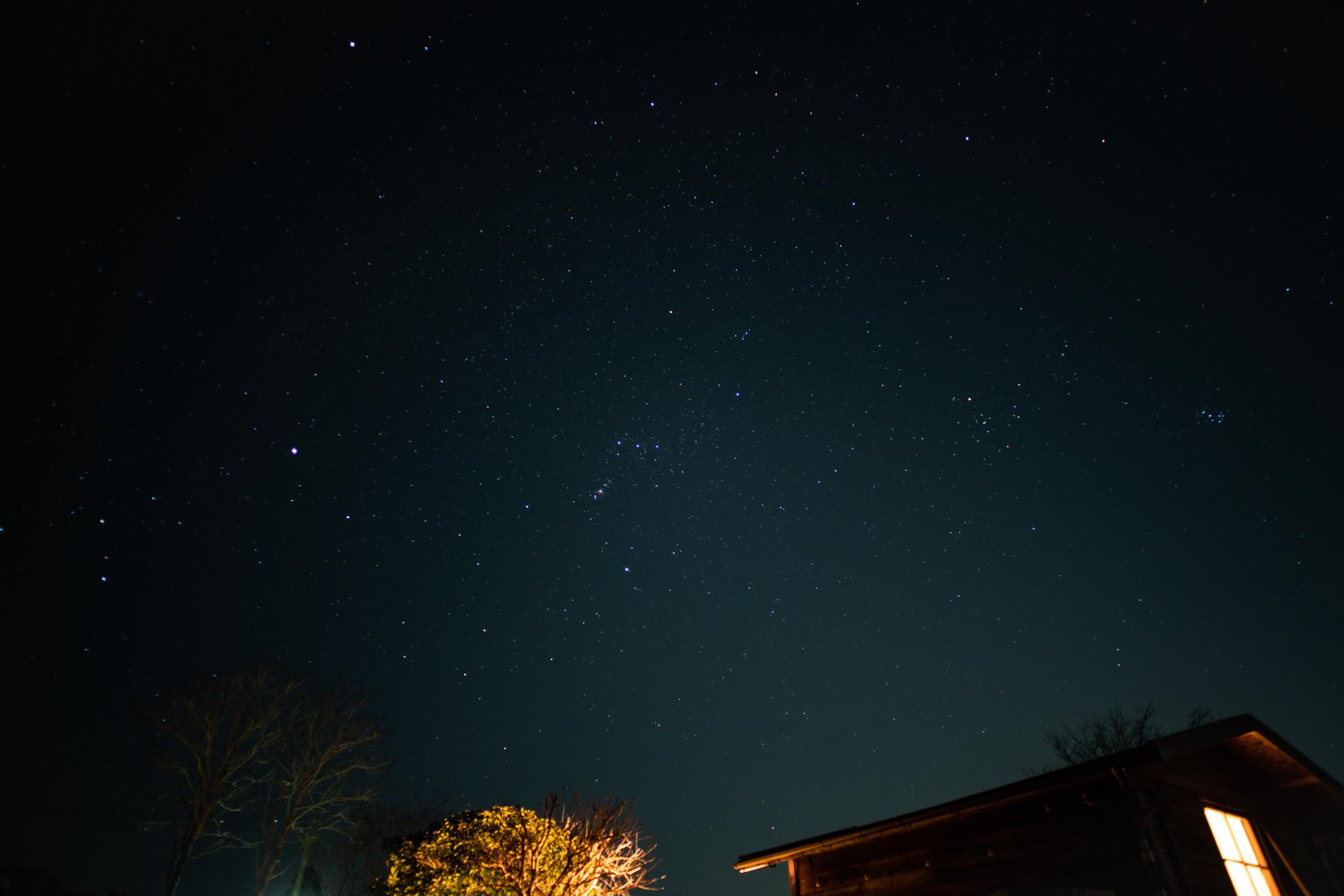 新月の星空 シリウス、オリオン、プレアデス
