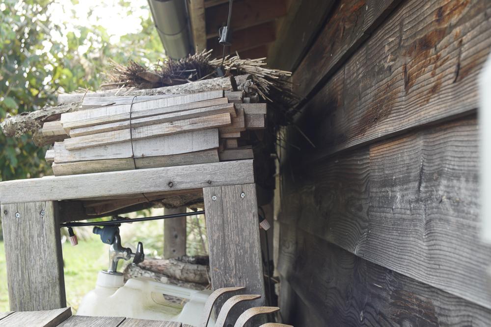 台風21号通過後初めての房総フィールド 小屋脇の棚が傾く