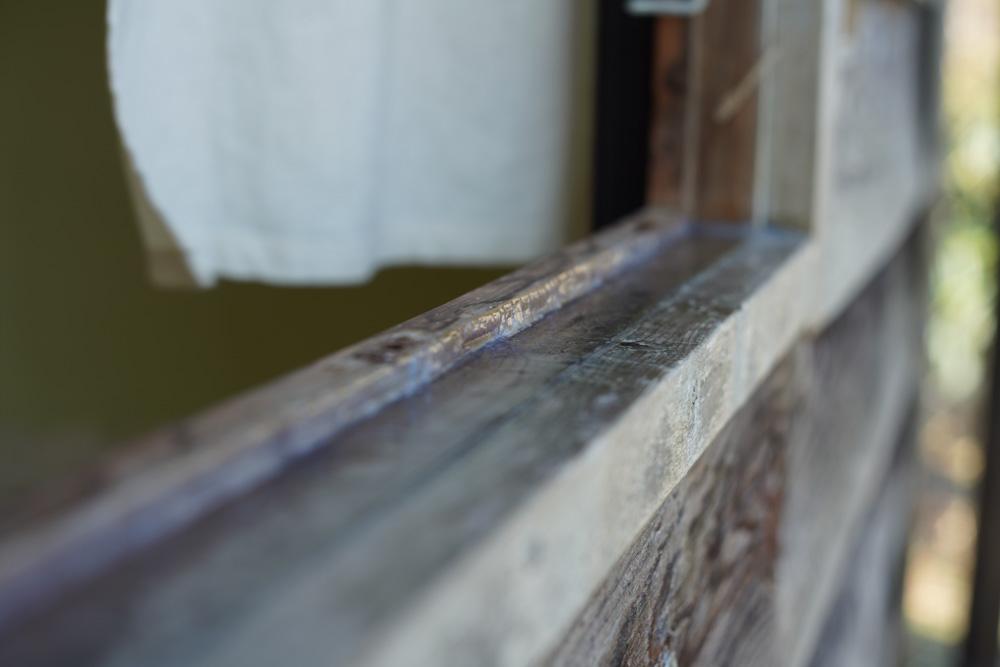小屋の補修 裏窓の隙間にコーキング材