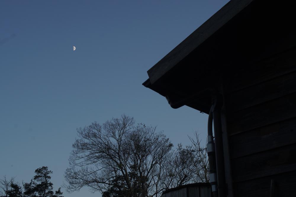 小屋と半月 上弦の月