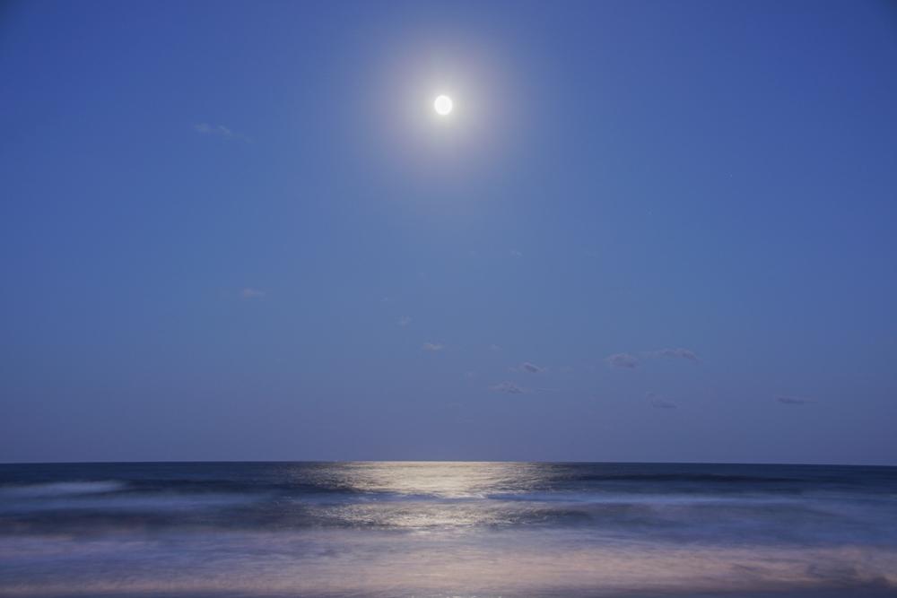 海から浮かぶ月齢14のお月様