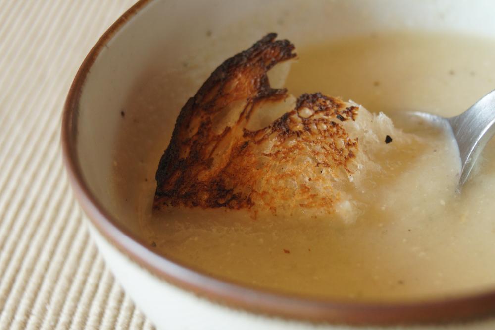 キクイモのポータージュを作る カリカリに焼いたパンをひたす