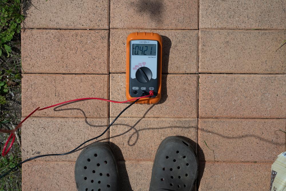 身体に帯電した電気を逃すアーシング 効果を可視化するツール「アーシング用 身体電圧計 帯電・テスター」で身体電圧数値を計測する