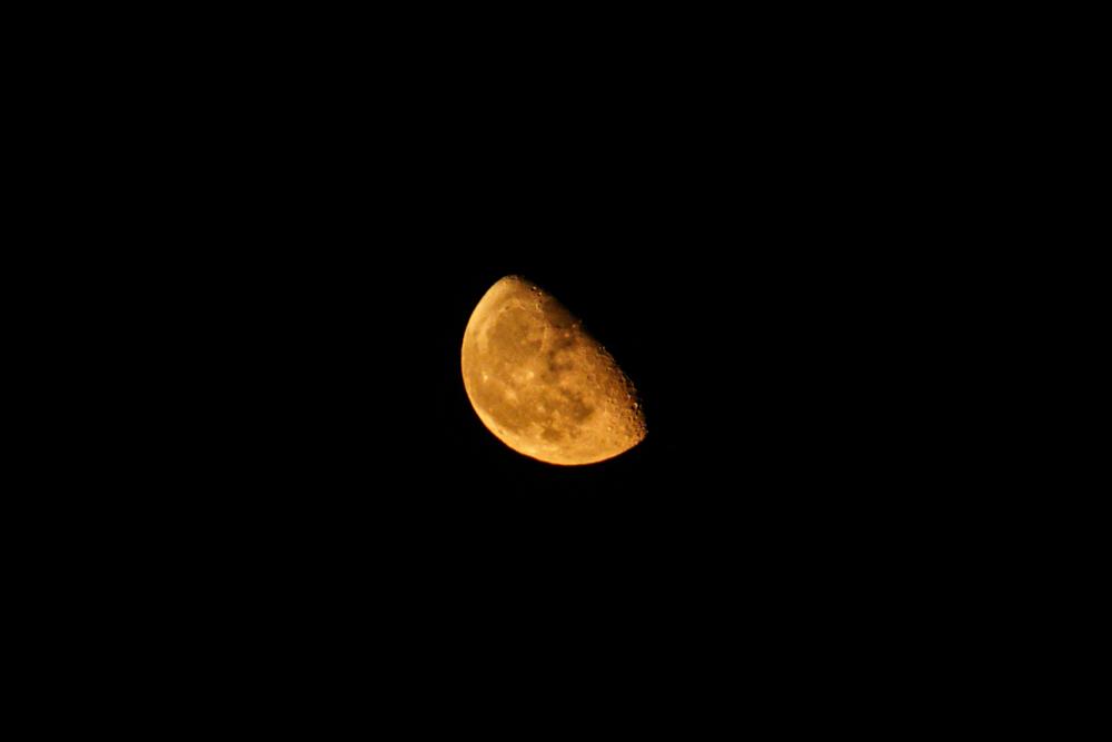 赤い月と小麦の脱穀