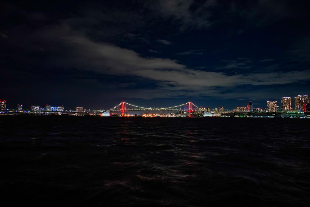 東京アラート 赤くライトアップされるレインボーブリッジ
