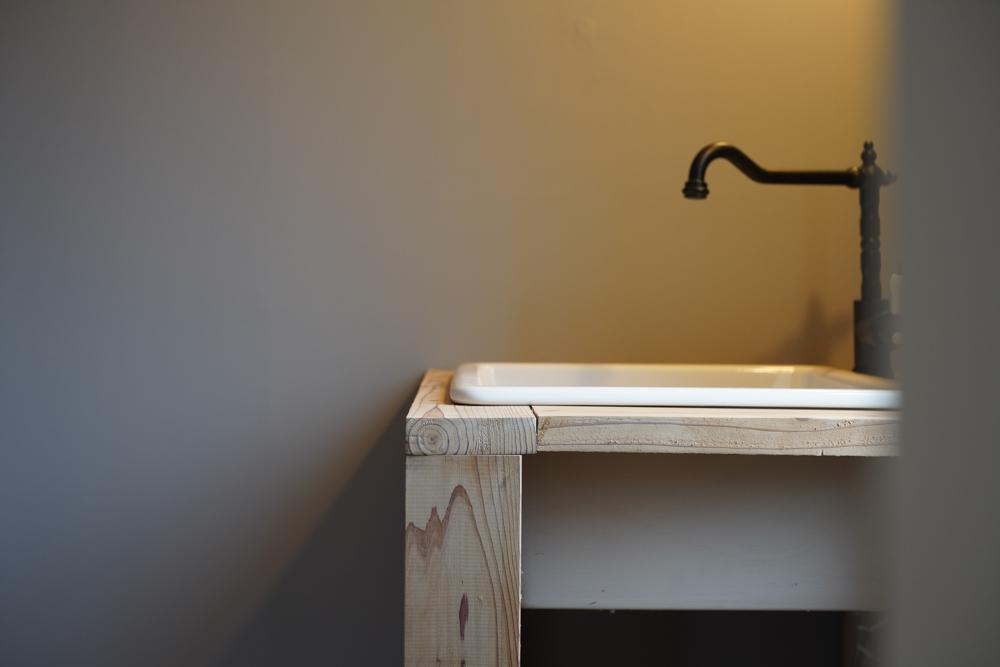 東京自宅の洗面所DIYリノベーション DAY4 足場板とIKEAのシンクと水栓で作った洗面台仮組み、黄ばんだコンセントプレートの塗装