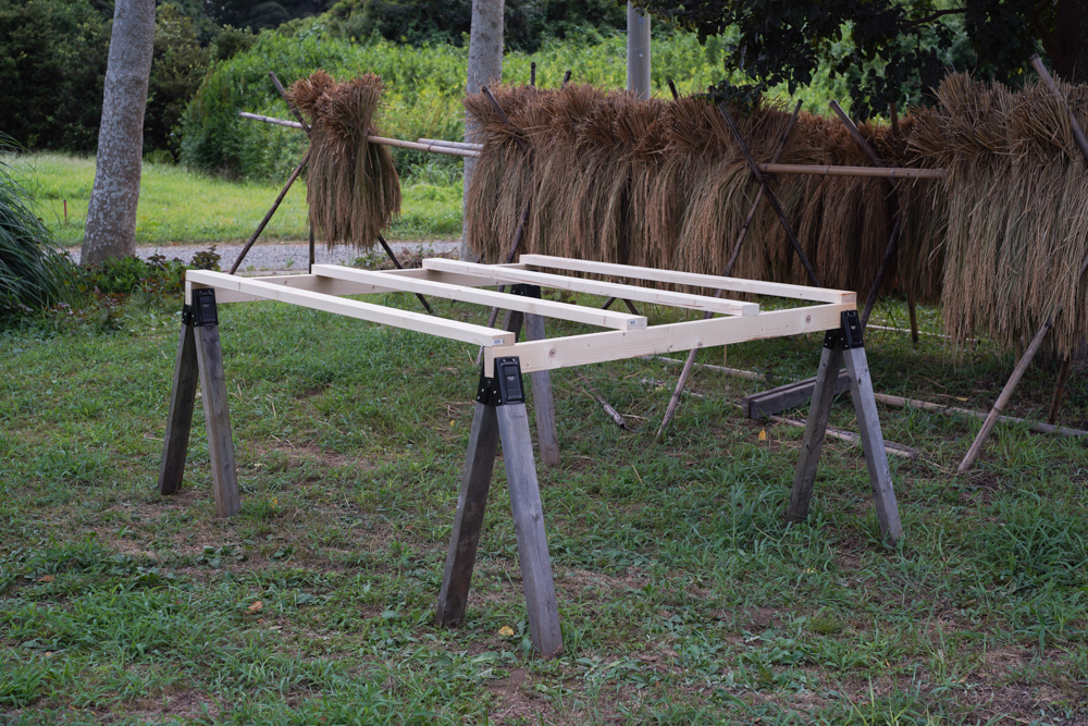 房総オルタナティブライスフィールド 初めての稲刈りDAY2.5 ソーホースブラケットで稲架 はざを作る、足踏み脱殼機のレクチャー