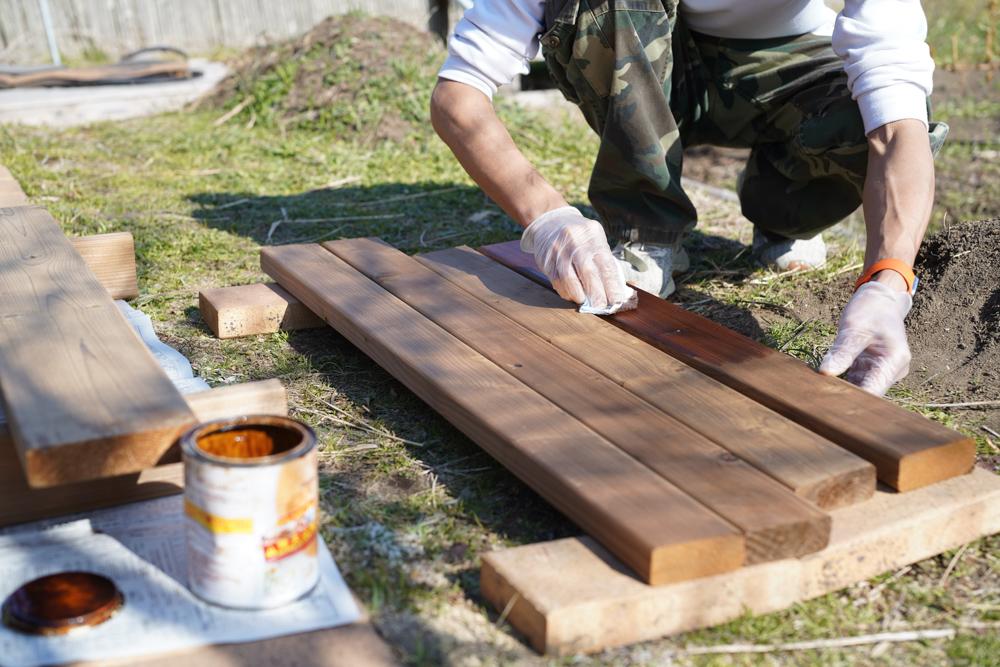 2021年 DIY始め 雨水タンクの囲いを作り直すDAY4 サーモウッドで土台も作り直し 高耐候性着色オイル リボス タヤエクステリアを塗る