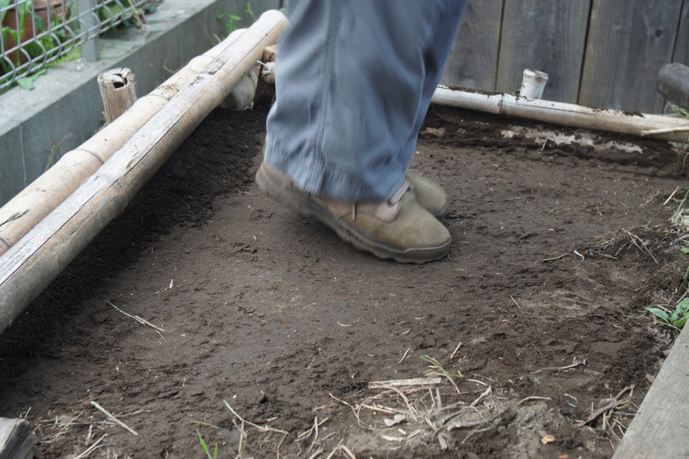 小屋のメンテナンス 鎧板修理と土留から流出した土を盛る