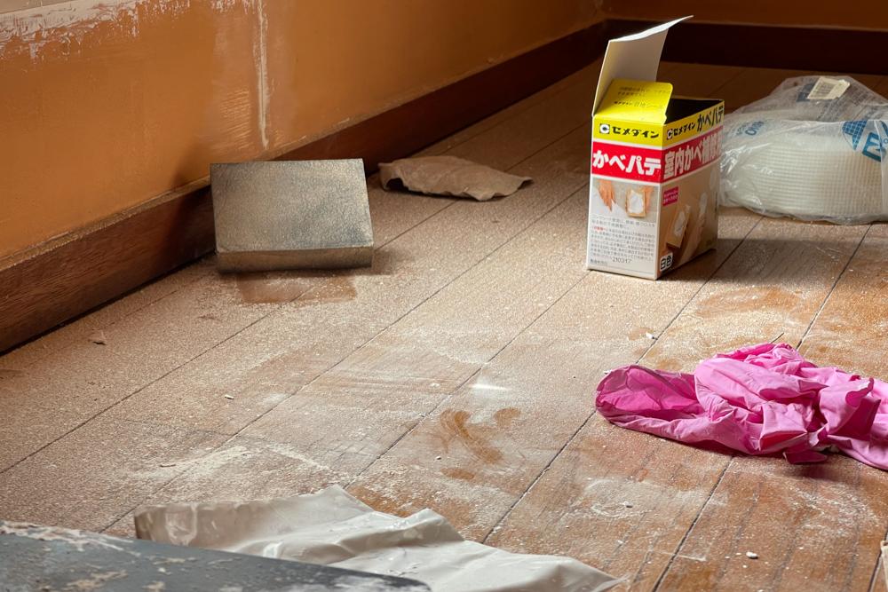 東京自宅 ロフト リノベーションDAY2 石膏ボードのパテ埋め(換気口枠、壁面のクラック補修)・窓枠のやすりがけ