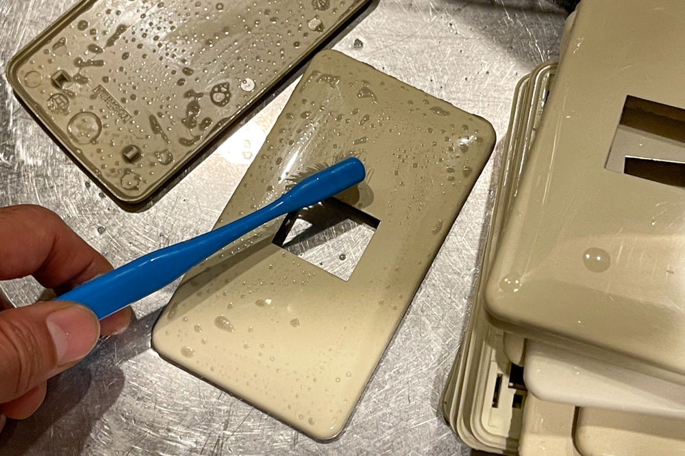 東京自宅 ロフト リノベーションDAY4 天井・壁面のペンキ塗り(Benjamin Moore #HC-26 Monroe Bisque / #1641 Blue Porcelain)、コンセントプレートをオフホワイトに塗装