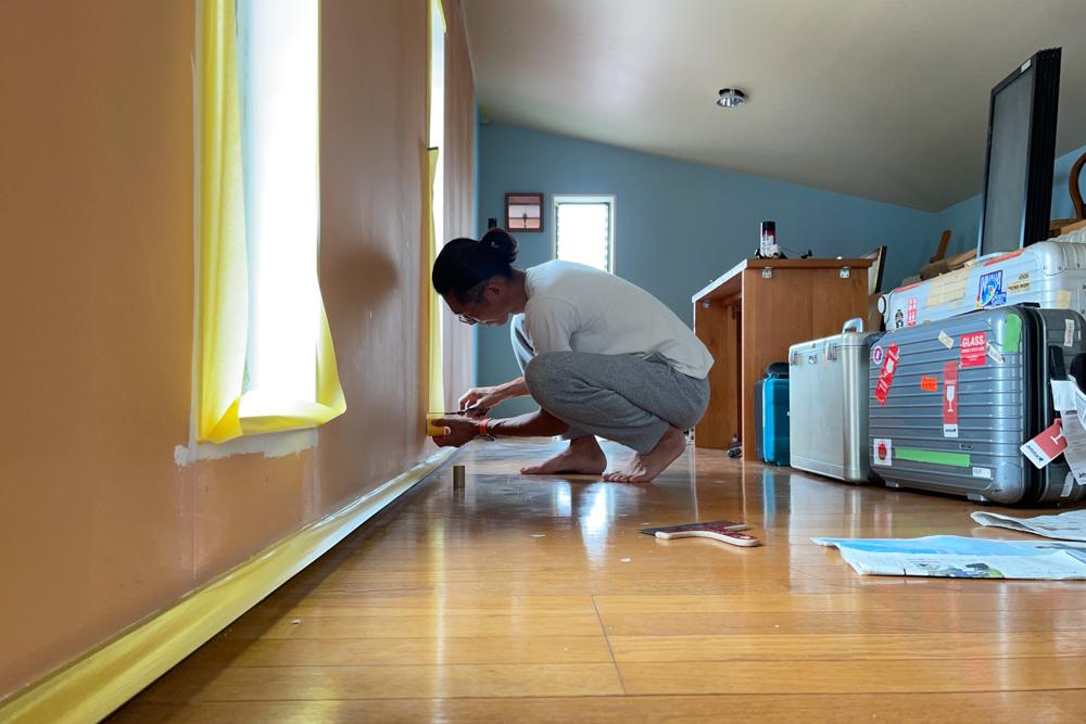 東京自宅 ロフト リノベーションDAY5 ペンキ塗り完了、床をクリーニングしてウレタンニスを塗る、壊れたジャロジー窓(ルーバー窓)のハンドル交換とメンテナンス