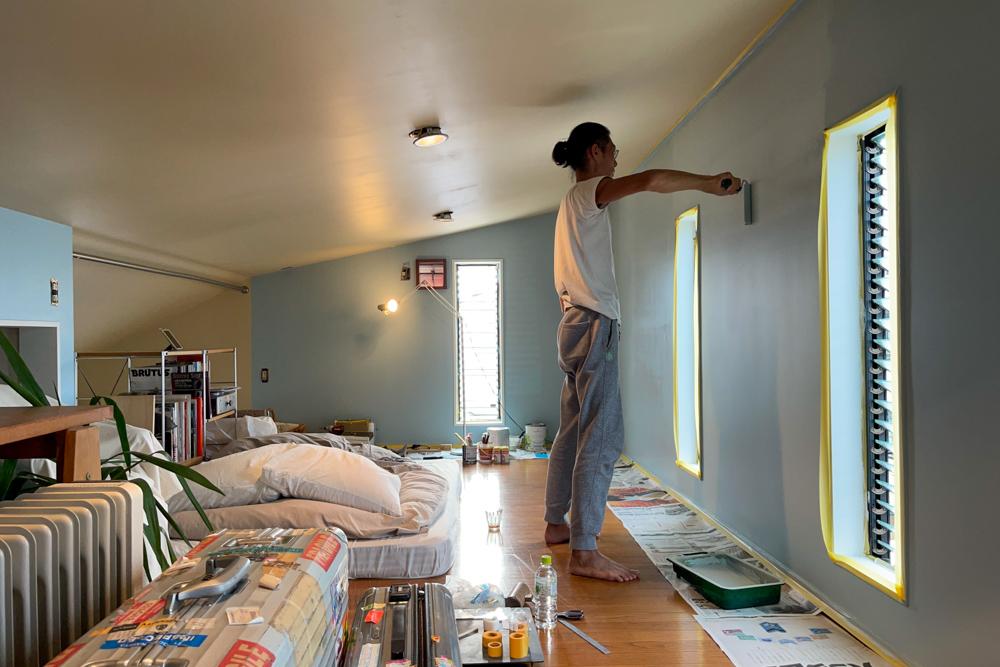 東京自宅 ロフト リノベーションDAY5 ペンキ塗り完了、フローリングをクリーニングしてウレタンニスを塗る、壊れたジャロジー窓(ルーバー窓)のハンドル交換とメンテナンス