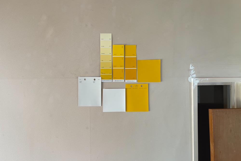 壁に空いた大穴を塞ぐ方法は2つ考えられます 石膏ボードを穴のサイズに切り取りパテ埋めする もしくは 補修用のネットシートを使うか