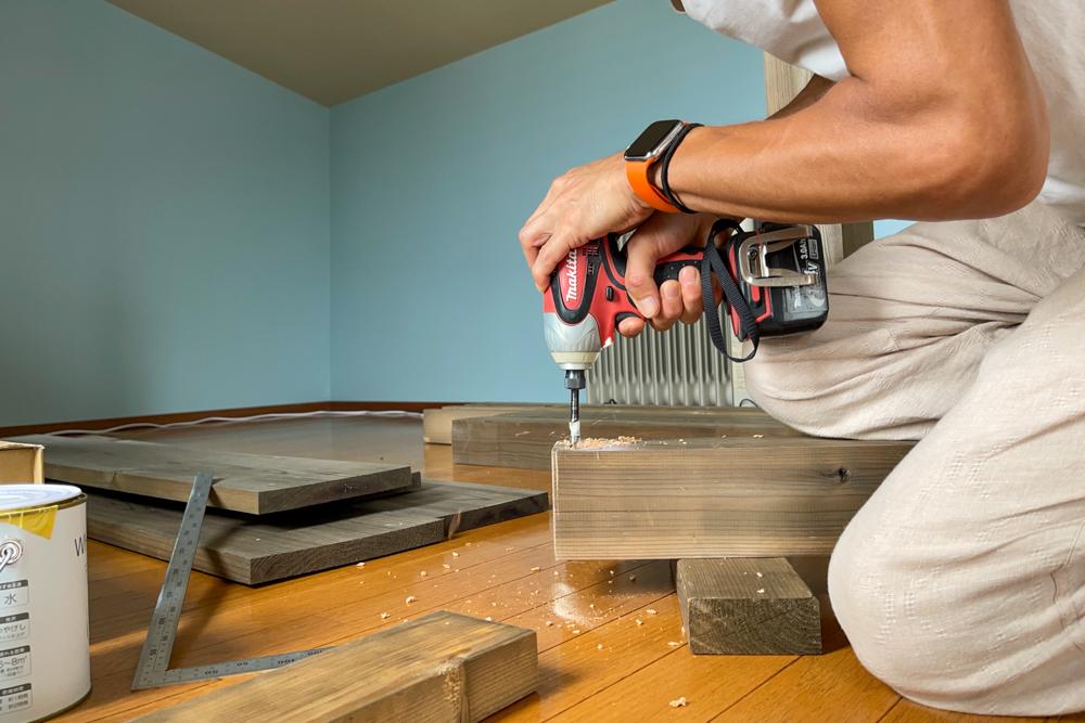 東京自宅 ロフト リノベーションDAY8 エイジングした破風板(杉板)と2x4材でキャビネットを作る