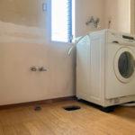 東京自宅の洗面所DIYリノベーション DAY1 洗濯機の防水パンを取り外し床に洗濯機排水トラップを取り付ける