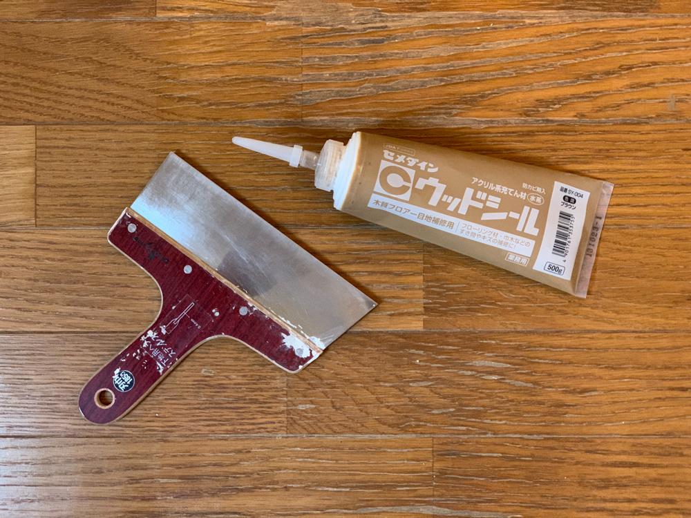 東京自宅の洗面所DIYリノベーション DAY3 ひび割れてささくれだったフローリングの補修 パテ埋めとニス塗装