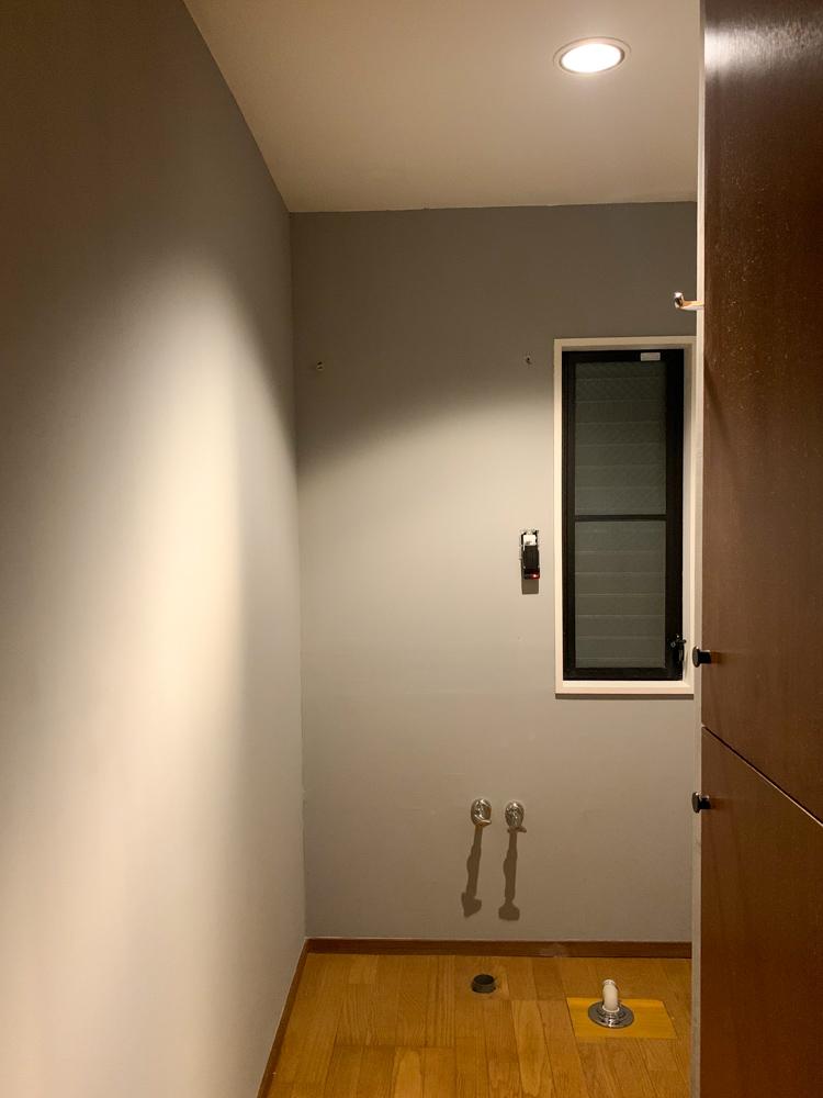 東京自宅の洗面所DIYリノベーション DAY2 下地処理とペンキ塗り 天井 白と壁 グレー2色で塗装