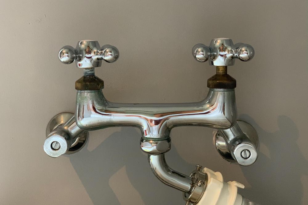 洗面所リノベーションDAY7 洗濯機用水栓をカクダイ クロスハンドル 7940に交換、DULTON アンティーク風アイアンタオルフック、全ネジ棒を使って棚を作る、そしてリノベーション完成!