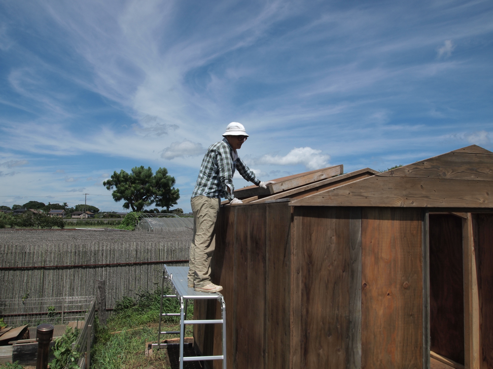 小屋の屋根上げを手伝ってくれた親父