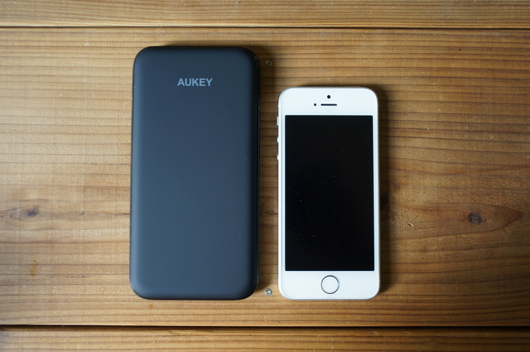 AUKEY Slim Battery 10000mAh と iPhone SE